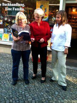Vor Ort im Lichterfelder Kiez: Christiane Burwitz, Barbara Loth, Isabel Miels (v.l.)